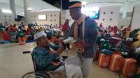 Haji Abdul Malik sedang menyuapi Khairuddin. Dian Warastuti/MCH