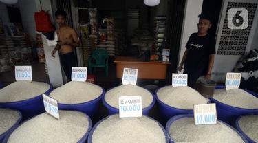 Pedagang beras menunggu pembeli di sebuah toko di Jalan Raya Pamulang Timur, Tangerang Selatan, Banten, Kamis (22/7/2020). Stok beras masih aman selama masa pandemi COVID-19 saat ini. (merdeka.com/Dwi Narwoko)