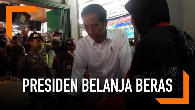 Presiden Jokowi berkunjung ke pasar tradisional Pelem Gading Cilacap Jawa Tengah hari Senin (25/2). Ia sempat belanja beras dari salah seorang pedagang.
