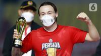 Pemain Persija Jakarta, Marc Klok, mendapat penghargaan sebagai pemain terbaik Piala Menpora 2021 di Stadion Manahan, Solo, Minggu (25/4/2021). (Bola.com/M Iqbal Ichsan)