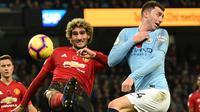 Gelandang Manchester United, Marouane Fellaini, berebut bola dengan bek Manchester City, Aymeric Laporte, pada laga Premier League di Stadion Etihad, Manchester, Minggu (11/11). City menang 3-1 atas MU. (AFP/Oli Scarff)