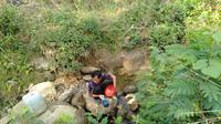 Seorang warga Jonggol mengambil air bersih di perbukitan. (Liputan6.com/Achmad Sudarno)