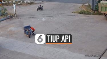 Seorang pria mencoba memadamkan kebakaran pada kendaraan roda tiga miliknya dengan cara yang tidak biasa. Insiden ini terjadi di sebuah stasiun pengisian bahan bakar di China.
