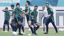 Pemain Indonesia melakukan sesi latihan di Stadion Wibawa Mukti, Jawa Barat, Jumat (02/11/2018). Latihan tersebut dalam rangka persiapan jelang laga Piala AFF 2018.  (Bola.com/M Iqbal Ichsan)