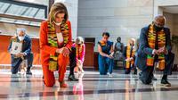 Ketua DPR Nancy Pelosi (kiri) bersama beberapa anggota Kongres AS dari Fraksi Demokrat berlutut dan mengheningkan cipta di Gedung Kongres AS, Senin (8/5/2020). Mereka berlutut untuk memberikan penghormatan terhadap mendiang George Floyd dan korban kebrutalan polisi lainnya. (AP/Manuel Balce Ceneta)