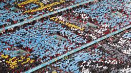 Ini merupakan kali pertama stadion sepak bola bisa terisi penuh penonton sejak pandemi Corona melanda. Laga-laga Euro 2020 sebelumnya juga tak pernah menyuguhkan suasana semacam ini. (AP Photo/Laszlo Balogh, Pool)