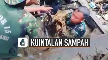 Beredar video aksi anggota TNI menyelam di gorong-gorong bantu warga bersihkan kuintalan sampah.