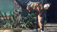 Al Ghazali saat melakukan pole dance yang membuatnya terlihat keren dan macho [Foto: Instagram].