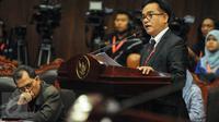 Pakar hukum tata negara, Yusril Ihza Mahendra menyampaikan paparan saat sidang lanjutan uji materiil UU Pilkada terkait cuti masa kampanye di Jakarta, Kamis (15/9). Sidang dihadiri Gubernur DKI Jakarta, Basuki Tjahaja Purnama (Liputan6.com/Faizal Fanani)