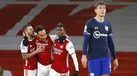 Para pemain Arsenal merayakan gol yang dicetak oleh Pierre-Emerick Aubameyang ke gawang Southampton pada laga Liga Inggris di Stadion Emirates, Kamis (17/12/2020). Kedua tim bermain imbang 1-1. (Adrian Dennis/Pool via AP)