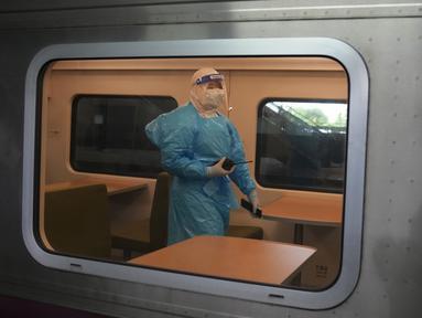 Petugas kesehatan mengenakan APD saat berjalan dalam kereta yang akan membawa pasien COVID-19 di Stasiun Rangsit, Provinsi Pathum Thani, Thailand, Selasa (27/7/2021). Otoritas Thailand mengirim pasien COVID-19 dari Bangkok ke kota asal mereka untuk isolasi dan perawatan. (AP Photo/Sakchai Lalit)