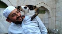 Saat cuaca dingin, seorang imam baik hati membiarkan kucing-kucing masuk ke masjidnya.