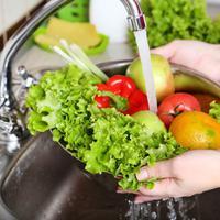 Kiat Mencuci Sayur dan Buah yang Aman