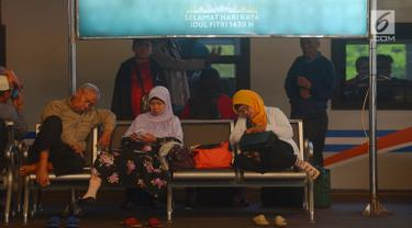 Penumpang kereta api beristirahat di stasiun Gambir, Jakarta, Selasa (5/6). Meskipun persiapan sudah 95 persen, Stasiun Gambir belum terjadi lonjakan menghadapi pemudik yang ingin merayakan hari raya lebaran di kampung halaman. (Merdeka.com/Imam Buhori)