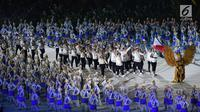 Kontingen Filipina melintas saat pembukaan Asian Games 2018 di Stadion Utama Gelora Bung Karno (SUGBK), Jakarta, Sabtu (18/8). Asian Games 2018 diikuti 45 negara. (Merdeka.com/Imam Buhori)