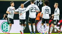 Pemain muda Jerman, Serge Gnabry memastikan kemenangan timnas Jerman dengan gol ketiga pada laga persahabatan kontra Rusia di Stadion Red Bull Arena, Leipzig. Timnas Jerman menang 3-0. (AFP/Robert Michael)