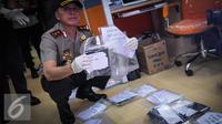 Kapolda Mochamad Iriawan menunjukkan barang bukti pungutan liar (pungli) saat operasi tangkap tangan (OTT) di Kementerian Perhubungan, Jakarta, Selasa (11/10). (Liputan6.com/Faizal Fanani)
