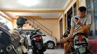 Kiper Arema FC, Andreas Francisco, saat bersantai di mes Arema FC di tengah merebaknya virus corona di seluruh dunia, termasuk di Indonesia. (Bola.com/Iwan Setiawan)