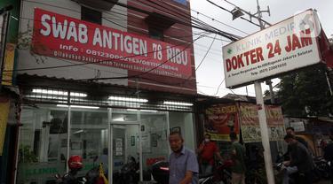 Spanduk penawaran harga tes cepat COVID-19 terpampang di salah satu klinik di Jalan Margasatwa Raya, Jakarta, Rabu (30/6/2021). Tingginya animo masyarakat untuk melakukan tes cepat COVID-19 berimbas pada penawaran harga yang bervariasi di beberapa klinik. (Liputan6.com/Helmi Fithriansyah)
