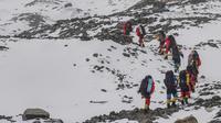 Tim pembangunan jalan membuat rute menuju sebuah kamp pada ketinggian 7.028 meter di Gunung Qomolangma atau Gunung Everest di Daerah Otonom Tibet, China, Minggu (10/5/2020). Tim beranggotakan personel dari Kementerian Sumber Daya Alam China dan tim pendakian gunung nasional. (Xinhua/Sun Fei)