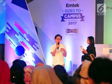 Direktur Marketing PT Sido Muncul Irwan Hidayat saat menjadi pembicara di EMTEK Goes To Campus (EGTC) 2017 di Universitas Airlangga, Surabaya, Kamis (14/9). Para pembicara bercerita pengalaman soal bisnis dan kunci sukses. (Liputan6.com/Helmi Afandi)