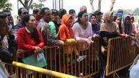 Warga mengantre mendaftarkan diri untuk menjadi pemilik rumah DP 0 Rupiah di Pesona Rorotan, Cilincing, Jakarta Utara, Jumat (2/3). Hal tersebut karena belum ada kesepakatan antara Pemprov DKI Jakarta dan PT Nusa Kirana. (Liputan6.com/Arya Manggala)