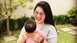 Bersantai dengan putri kesayangannya, Sedah Mirah. Istri Bobby Nasution memilih menggunakan lensa bewarna merah jambu dengan frame yang besar. Penampilan Kahiyang pun terlihat semakin ceria!(Liputan6.com/IG/@ayanggkahiyang)