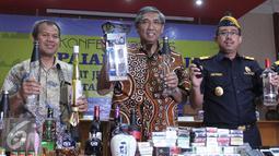 Wakil Menteri Keuangan Mardiasmo (tengah) dan Dirjen Bea Cukai Heru Pambudi (kiri) memperlihatkan barang bukti di Jakarta, Jumat (8/1/2016). DJBC sepanjang tahun 2015 berhasil menembus angka 10.009 dalam kasus bea dan cukai. (Liputan6.com/Angga Yuniar)