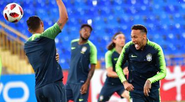 Pemain Brasil, Neymar (kanan) tertawa saat berlatih dengan rekan setimnya jelang menghadapi Belgia dalam perempat final Piala Dunia 2018 di Stadion Tsentralny, Kazan, Rusia, Kamis (5/7). (Luis Acosta/AFP)