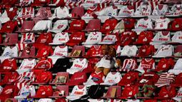 Jersey para pendukung Cologne diletakkan di kursi sebelum pertandingan antara FC Cologne vs RB Leipzig pada lanjutan Bundesliga divisi satu Jerman di Cologne (1/6/2020). Pertandingan yang digelar tanpa penontona akibat pandemi Covid-19 ben ini dimenangkan RB Leipzig dengan skor 4-2. (AFP/Ina Fassbe
