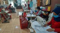 UMKM asal Surabaya memproduksi masker (Foto: Dok Pemkot Surabaya)