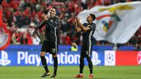 Pemain Manchester United, Chris Smalling (kiri) dan Jesse Lingard tepuk tangan seusai laga lanjutan kualifikasi grup A Liga Champions di Estadio Da Luz, Rabu (18/10). MU berhasil memetik kemenangan tipis 1-0 di markas Benfica. (AP/Armando Franca)