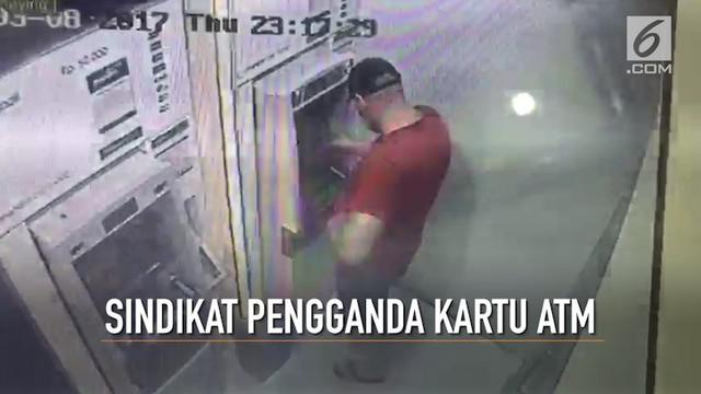 5 orang pelaku berbagai kewarganegaraan pengganda kartu ATM ditangkap Polda Metro Jaya. Mereka telah membobol 1.480 rekening di 21 negara. Sebagian besar korban berada di Indonesia. Benarkah Indonesia negara paling rawan menjadi korban praktek pencur...