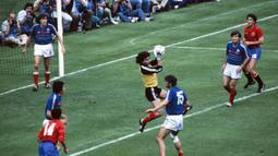 Joel Bats - Penjaga gawang Timans Prancis ini mencatat cleansheet sebanyak tiga kali selama putaran final Euro. Dengan waktu 480 menit, ia hanya mencatat empat kali kebobolan ketika Euro 1984. (Foto: AFP/Staff)