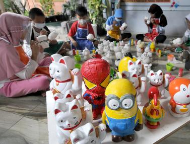 FOTO: Melihat Keseruan Anak-Anak Mewarnai Boneka untuk Celengan