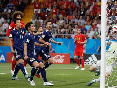 Kiper timnas Jepang, Eiji Kawashima gagal menghalau bola tendangan pemain Belgia pada 16 besar Piala Dunia 2018 di Rostov Arena, Selasa (3/7). Belgia melaju ke perempat final setelah meraih kemenangan dramatis 3-2 atas Jepang. (AP/Rebecca Blackwell)