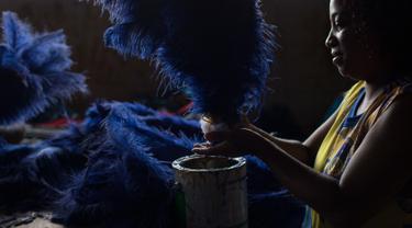 Seorang wanita sedang membuat kostum untuk pertunjukan Karnaval Paraiso do Tuiuti yang akan diadakan di Rio de Janeiro, Brasil (16/1). Tema dalam karnaval di Brasil ini adalah sejarah Brasil dengan perbudakan. (AP Photo / Leo Correa)