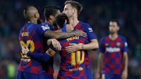 Megabintang Barcelona, Lionel Messi berselebrasi dengan rekan setimnya setelah mencetak gol ke gawang Real Valladolid dalam pertandingan pekan ke-11 La Liga  di Camp Nou, Selasa (29/10/2019). Barcelonamenutup laga dengan kemenangan 5-1 lewat gol tambahan dari Lionel Messi dan Luis Suarez. (AP/Joan M