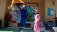 Mr. Andika nampak lihat membuat pertunjukan meja terbang di Garut (Liputan6.com/Jayadi Supriadin)