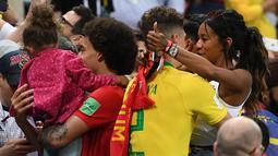 Bek Belgia, Thomas Meunie (kanan) merayakan kemenangan dengan pacarnya setelah mengalahkan Brasil pada laga perempat final Piala Dunia 2018 di Stadion Kazan Arena, Jumat (6/7). Belgia sukses memulangkan Brasil dengan skor  2-0. (AFP/Jewel SAMAD)