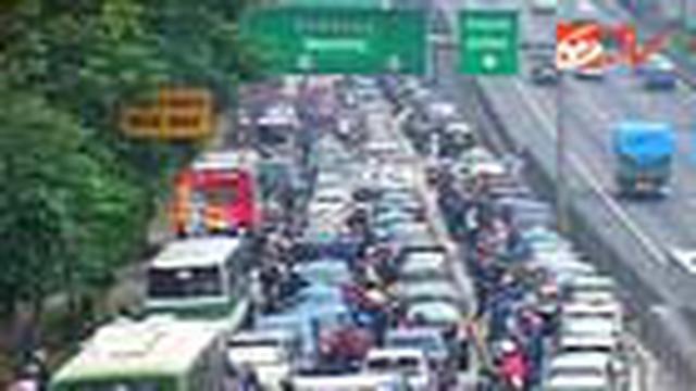 Pemerintah hingga kini belum mampu memberikan solusi untuk mengatasi masalah kemacetan di Jakarta. Sementara warga pengguna jalan banyak yang tidak disipilin.