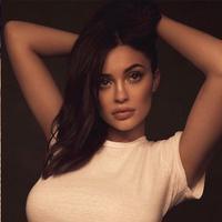 Kylie Jenner langsung menghapus foto-foto Stormi usai banyak netizen yang membully dan memberikan ancaman pada anaknya. (snapchat/instagram/kyliejenner)
