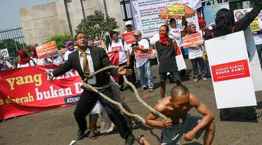 Ratusan massa dari beberapa organisasi menggelar unjuk rasa di depan Gedung DPR, Jakarta, (24/9/14). (Liputan6.com/Faizal Fanani)