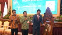 Presiden Jokowi bersama Ketua Umum Himpunan Kontak Tani Indonesia (HKTI) Moeldoko, dan Menteri Pertanian Amran Sulaiman (Dok Foto: Oji Humas Setkab)