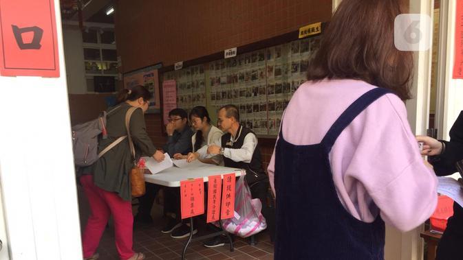 Proses pemeriksaan identitas sebelum pemilih diberi surat suara dan menentukan calon presiden dan wakil presiden Taiwan 2020-2024 di Beitou Elementry School (Liputan6.com/Teddy Tri Setio Berty)