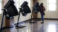 Seorang pemilih memberikan suaranya di tempat pemungutan suara di Washington DC, Amerika Serikat (AS), pada 27 Oktober 2020. Pemungutan suara awal (early voting) secara langsung dimulai di Washington DC pada Selasa (27/10) di 32 tempat pemungutan suara. (Xinhua/Ting Shen)