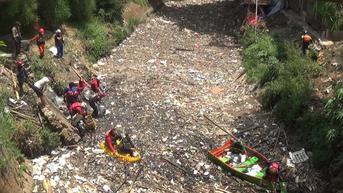 Relawan Bersihkan Lautan Sampah di Kali Jambe Bekasi