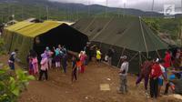 Warga Desa Melasari berkumpul di areal tenda pengungsian di perkebunan teh di Cialahab, Desa Melasari, Nanggung, Bogor, Rabu (24/1). Mereka mengungsi akibat gempa Banten yang merusak rumah. (Liputan6.com/Ahmad Sudarno)