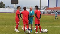 Pelatih kiper Persib, Luizinho Passos (hijau/tengah). (Bola.com/Erwin Snaz)