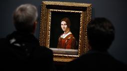 "Awak media melihat lukisan ""La Belle Ferronniere"" karya Leonardo Da Vinci di museum Louvre, Paris, Selasa (22/10/2019). Louvre Paris, rumah Mona Lisa, menggelar pameran terbesar  Leonardo da Vinci memperingati 500 tahun wafatnya maestro Italia itu yang dibuka 24 Oktober mendatang (AP/Thibault Camus)"